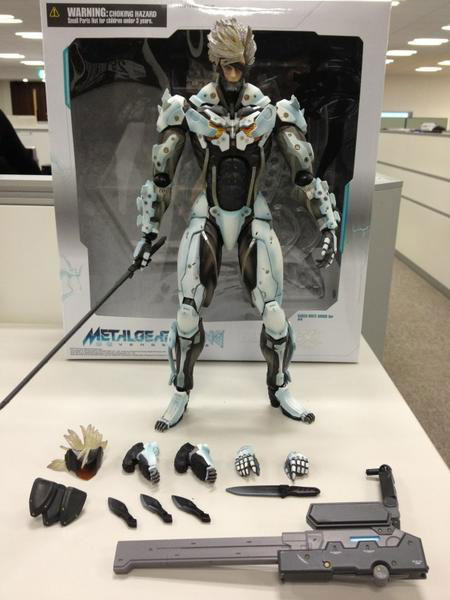Raiden-Figure-Play-Arts-2
